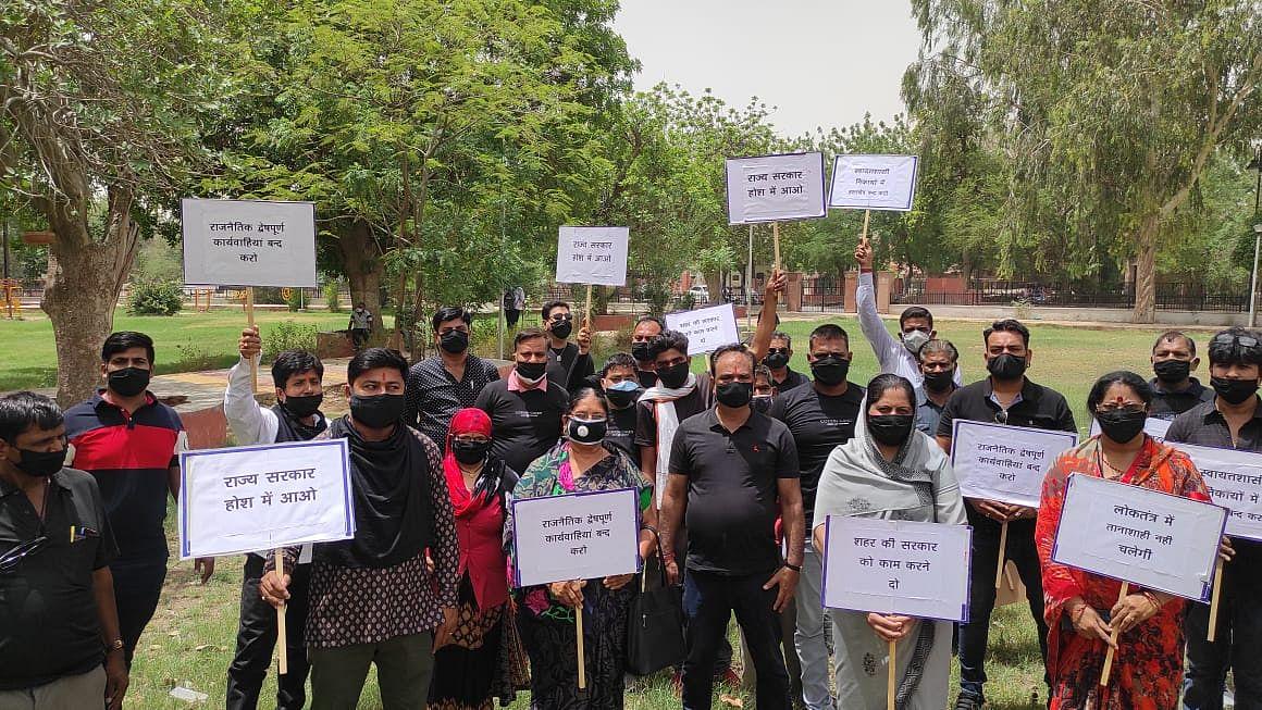 काले कपड़े व काले मास्क पहनकर भाजपा पार्षदों ने किया विरोध प्रदर्शन