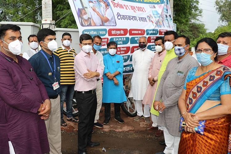 वैक्सीनेशन के लिए प्रेरित करने शहर में निकाली जन जागरुकता रैली