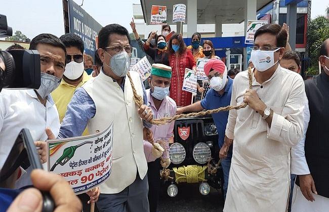 उत्तराखंड कांग्रेस ने पेट्रो पदार्थों की महंगाई के खिलाफ पेट्रोल पंपों पर किया प्रदर्शन