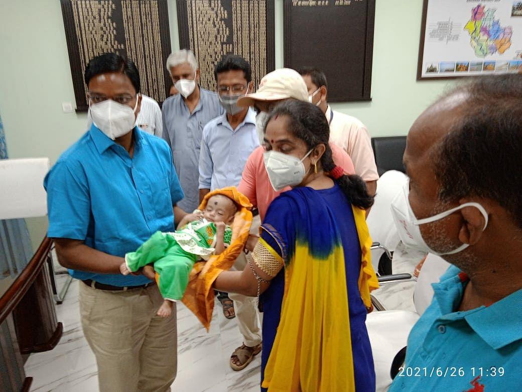 दत्तक ग्रहण संस्थान से बंगाल के निःसंतान दंपति को दिया गया तीन माह की बच्ची