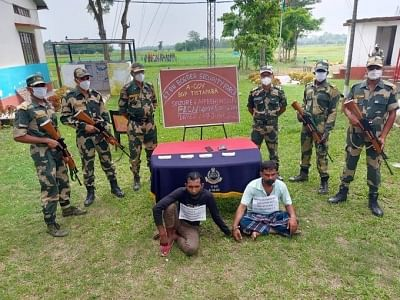 बीएसएफ के जवानों ने बांग्लादेश से नकली भारतीय मुद्रा की तस्करी करने वाले गिरोह को पकड़ा