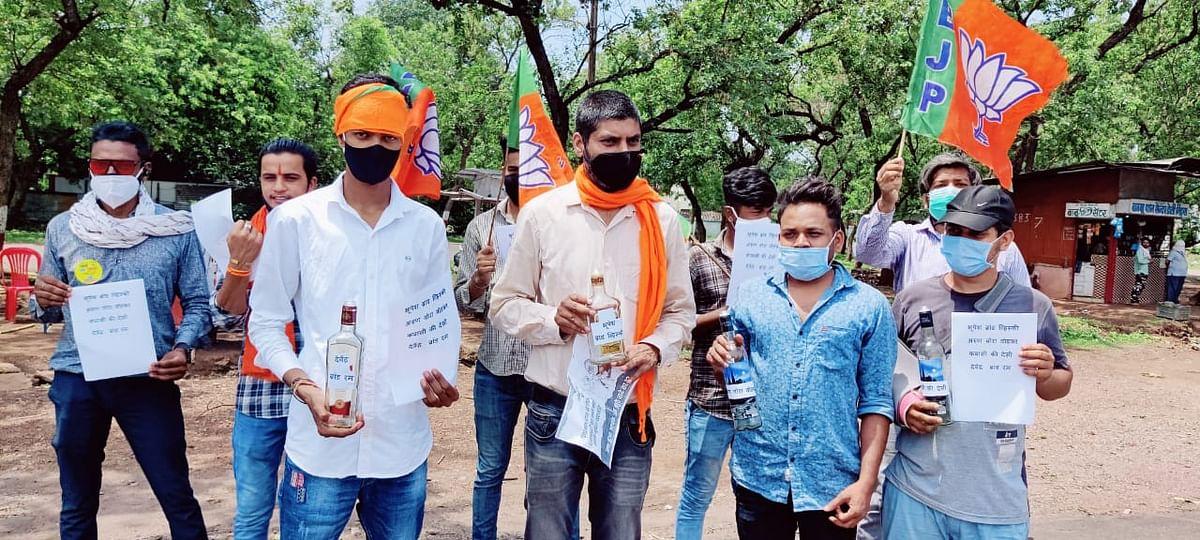 भिलाई नगर:शराबबंदी के झूठे वादे का  हिसाब मांगने विधायक आवास पहुँचा  भाजयुमो