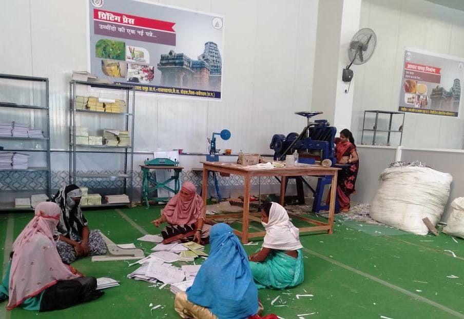 कबीरधाम : चौका चुल्हा व रसोई में काम करने वाली महिला समूह ने प्रिंटिग प्रेस से जुड़ कर कमाए लाखों रुपये