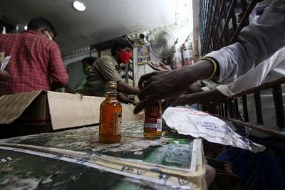 अवैध शराब के धंधे में पीड़ित परिवार के 6 गिरफ्तार