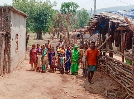 कोरबा: तीन से चार किलोमीटर पैदल चलकर नदी के पानी से अपनी प्यास बुझा रहे हैं आदिवासी
