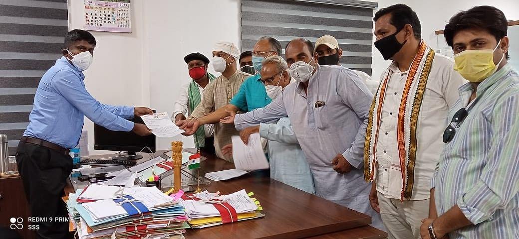 डीएपी की कमी और भारी भरकम बिजली बिलों को लेकर कांग्रेस ने सौंपा कलेक्टर को ज्ञापन