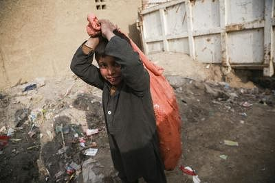 अफगानिस्तान में युद्ध जारी, गरीब अफगान बच्चे सड़कों पर काम करने को मजबूर