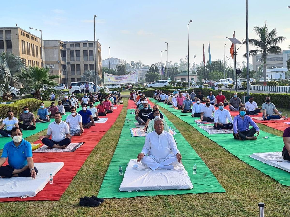 अन्तर-राष्ट्रीय योग दिवस: लोगों ने उत्साह से किया योग
