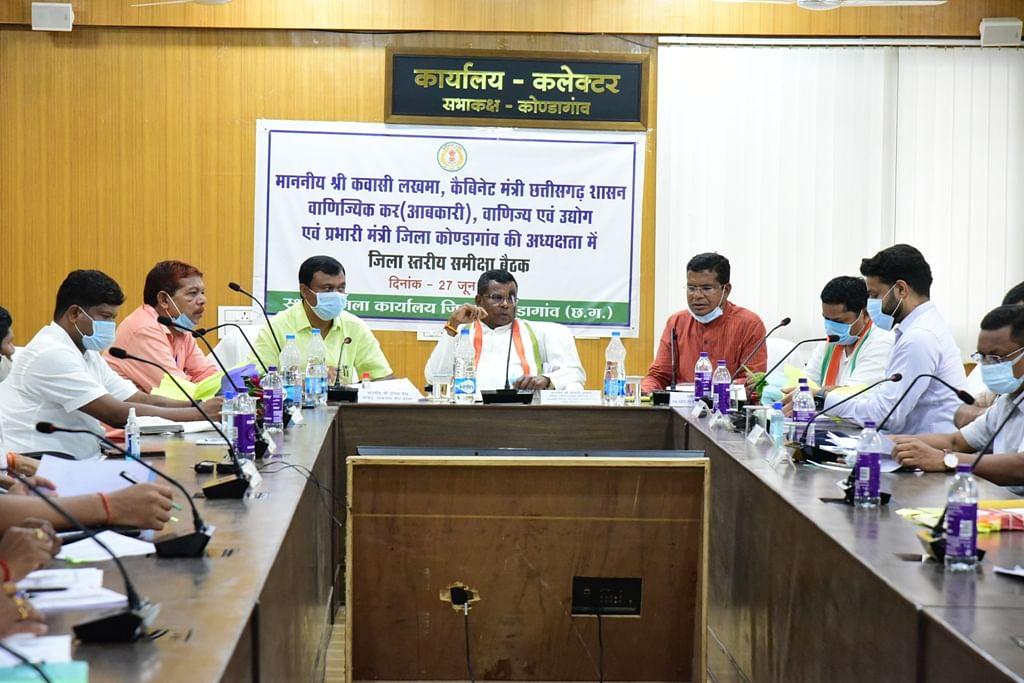 कोण्डागांव : शासन की महत्वाकांक्षी योजनाओं का मुस्तैदी से क्रियान्वयन सुनिश्चित करें अधिकारी : प्रभारी मंत्री