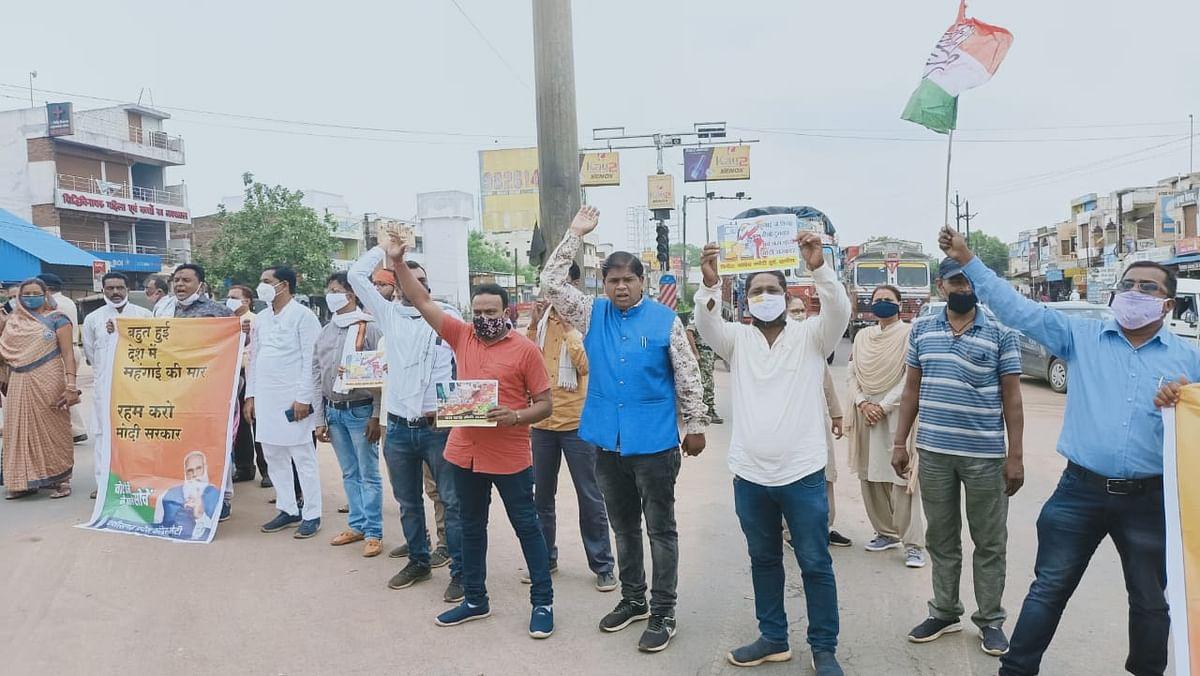 भिलाईनगर : महंगाई के विरोध में जिला कांग्रेस कमेटी दुर्ग ग्रामीण ने सिरसागेट चौक पर किया चक्काजाम