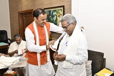 भाजपा के सियासी मंथन के बीच मुख्यमंत्री योगी केशव के घर पहुंचे