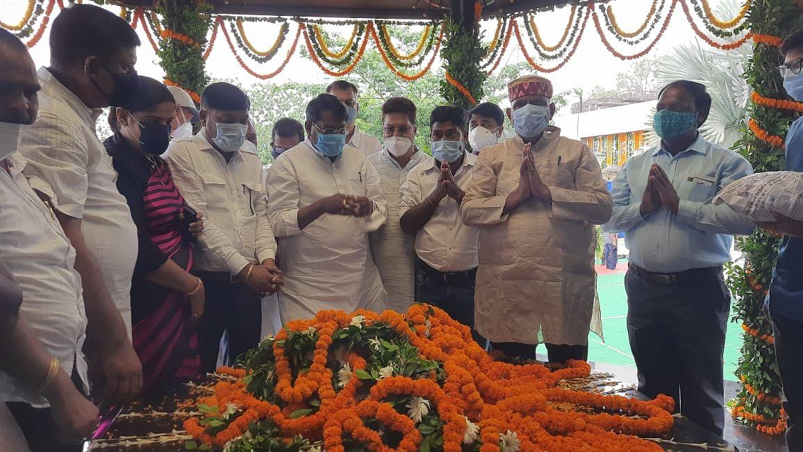राज्य सरकार बिरसा मुंडा के अधूरे कार्यों को पूरा करेगी : रामेश्वर