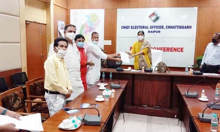 रायपुर : मुख्य चुनाव आयुक्त से मिला कांग्रेस का प्रतिनिधिमंडल, मतदाता सूची के भाैतिक सर्वेक्षण व त्रुटि सुधार पर की चर्चा