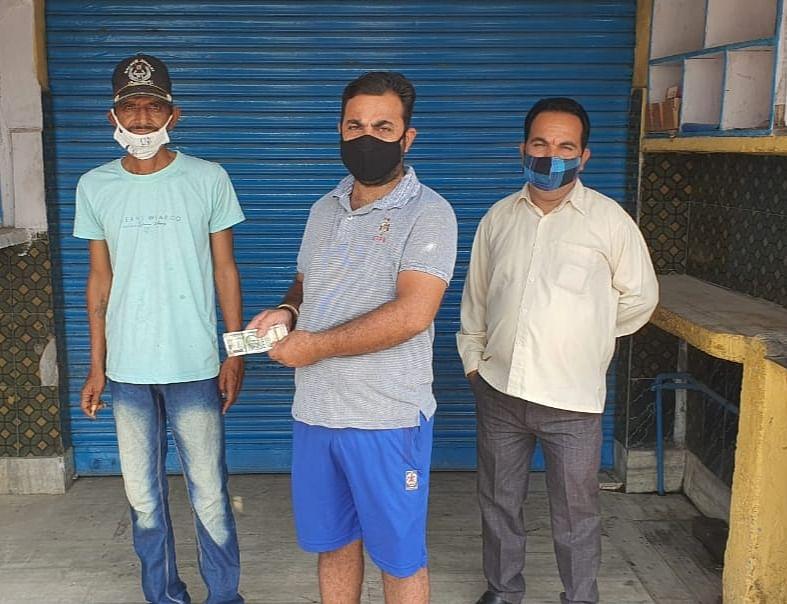 समाजसेवी अरुण शर्मा ने आग की चपेट में आई दुकान के मालिक की 20 हजार की आर्थिक मदद की