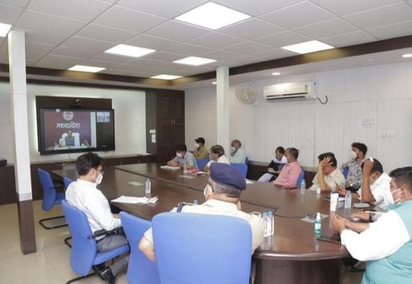 मुख्यमंत्री ने क्राइसिस मैनेजमेंट कमेटी सदस्यों से की चर्चा, काम की सराहना की