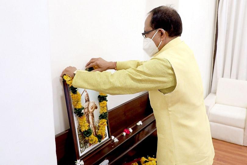 मुख्यमंत्री चौहान ने महारानी दुर्गावती के बलिदान दिवस पर की श्रद्धांजलि अर्पित