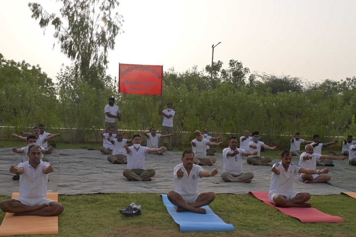 थार के रेगिस्तान में अंतरराष्ट्रीय सीमा चौकियों पर जवानों ने किया योग
