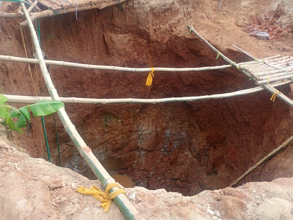 निर्माण के दौरान धंस गई मनरेगा कूप की मिट्टी, दो मजदूरों की मौत