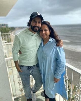 वरुण धवन ने अपनी मां करुणा को दी जन्मदिन की बधाई