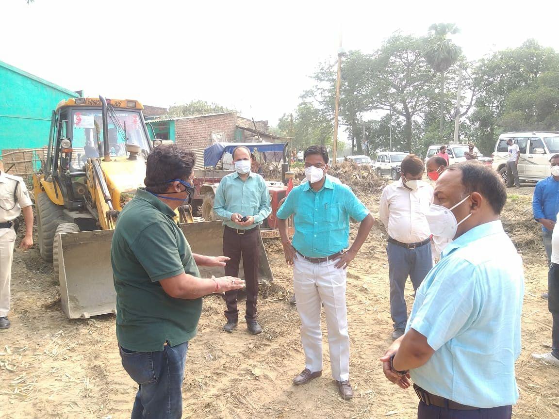 डीएम ने बैजनाथपुर व पटुआहा में एन.एच.107 निर्माण कार्य प्रगति का किया निरीक्षण