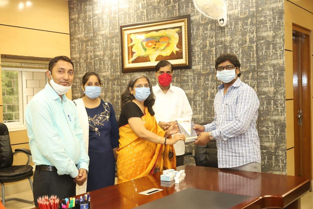 मुख्यमंत्री को निमित संस्था को सौंपे चिकित्सा उपकरण
