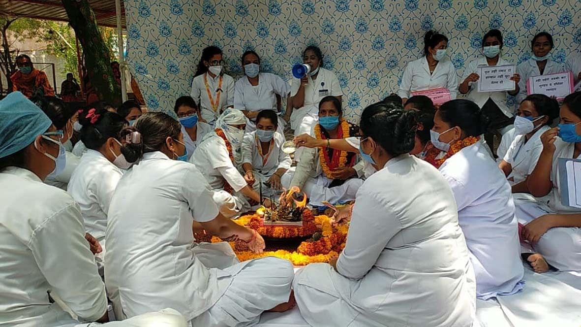 जिला अस्पताल में नर्सों ने 8 सूत्रीय मांगों को लेकर किया आंदोलन