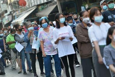 महामारी के सबसे खराब प्रकोप के बीच थाईलैंड ने बड़े पैमाने पर टीकाकरण शुरू किया