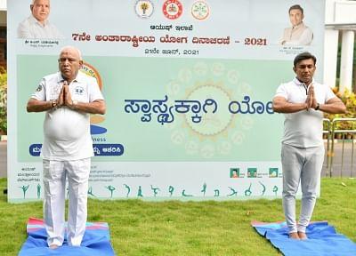 कोविड के कारण कर्नाटक में सादगी से मनाया गया योग दिवस
