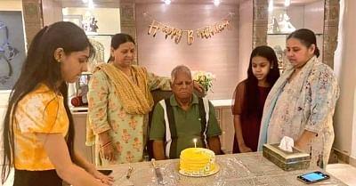 लालू ने दिल्ली में जन्मदिन पर काटा केक, मीसा भारती ने शेयर की तस्वीर