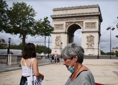फ्रांस ने बाहर मास्क पहनने की अनिवार्यता खत्म की