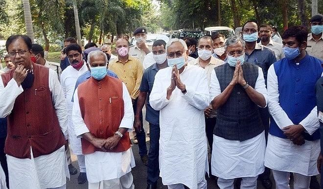 बिहार में सरकार तो है पर एनडीए में आपसी विश्वास की कमी नजर आ रही