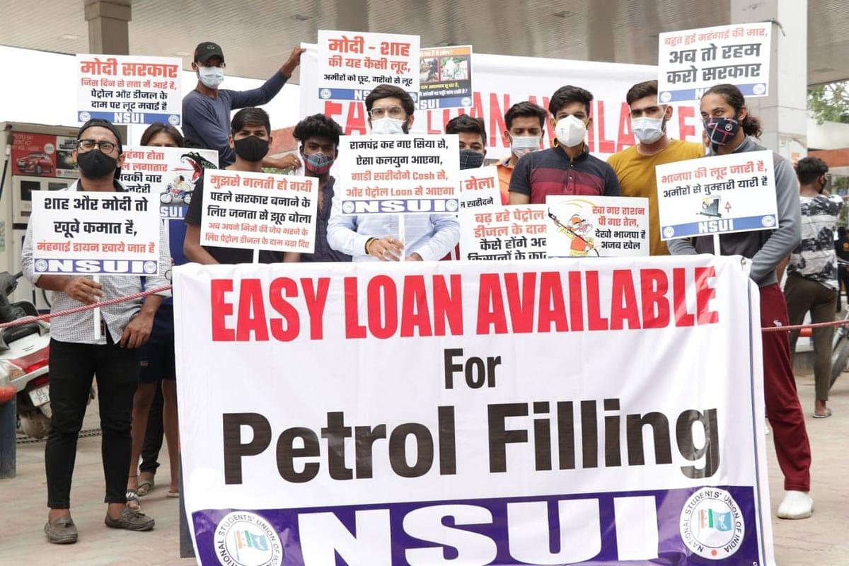 पेट्रोल-डीजल की बढ़ी कीमतों के विरोध में एनएसयूआई ने किया विरोध प्रदर्शन