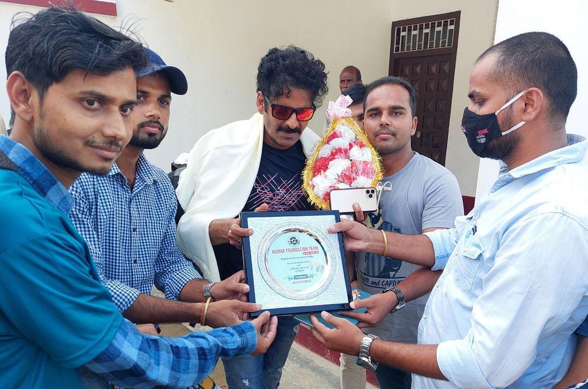 बॉलीवुड कलाकार पद्मश्री मनोज बाजपेई को कुमार फाउंडेशन टीम ने सम्मानित किया