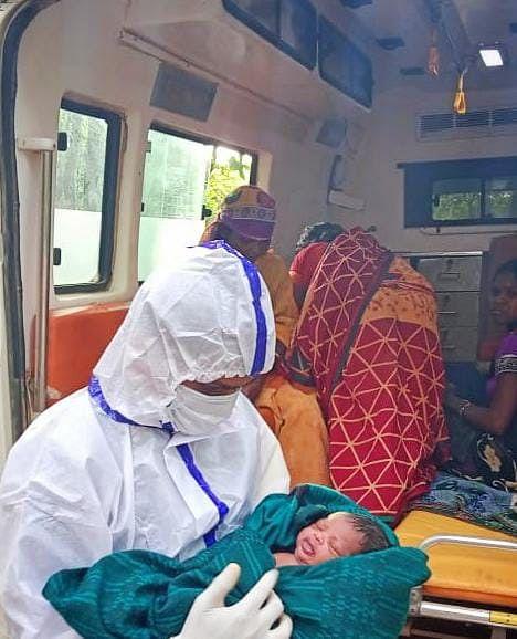 रायगढ़ : घने जंगल में 108 संजीवनी एक्सप्रेस में गूंजी किलकारी, महिला का एम्बुलेंस में हुआ सुरक्षित प्रसव