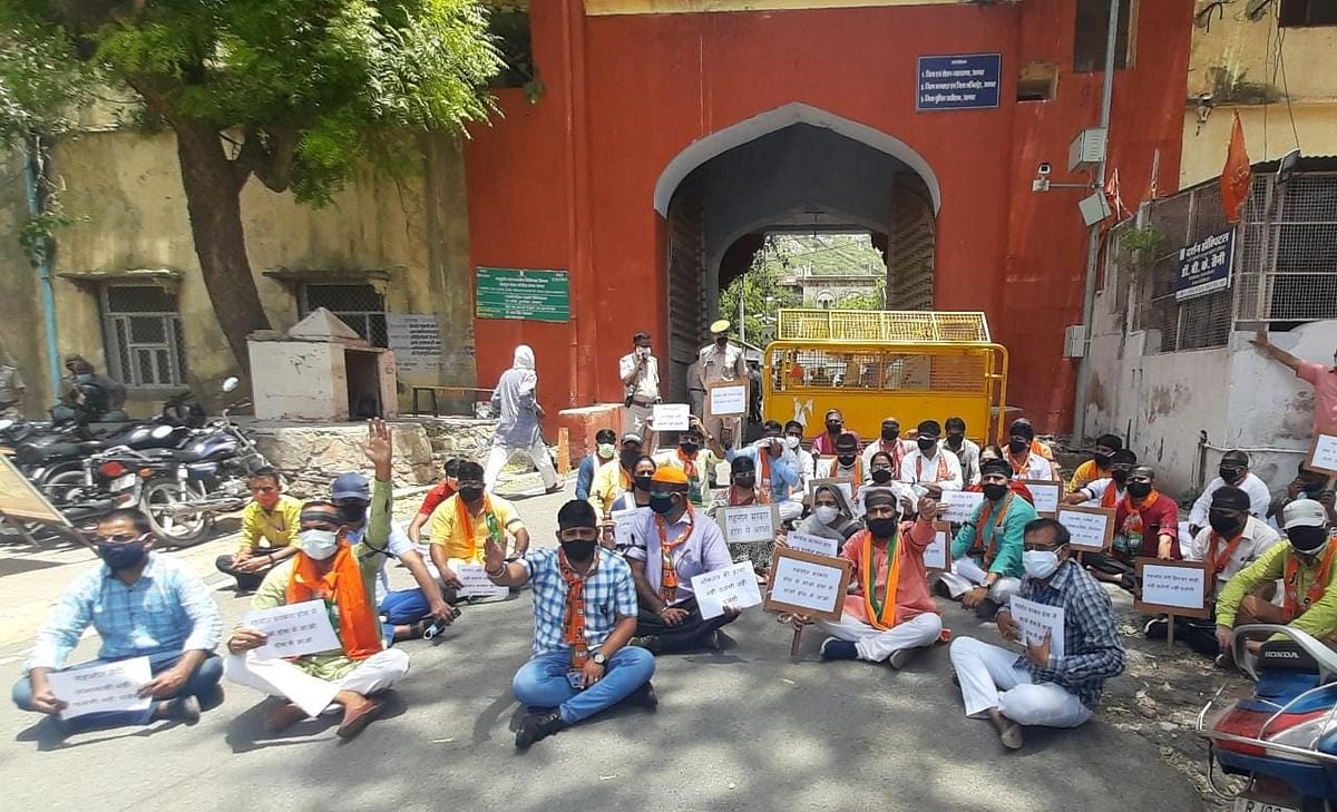 जयपुर में महापौर एवं पार्षदों के निलंबन की कार्रवाई का विरोध अलवर में भी, भाजपा ने जिलेभर में किया प्रदर्शन