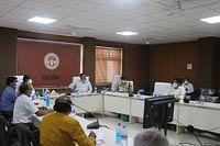 इंदौर कमिश्नर ने की कोविड-19 से संबंधित बिंदुओं की समीक्षा, व्यवस्थाओं को सराहा