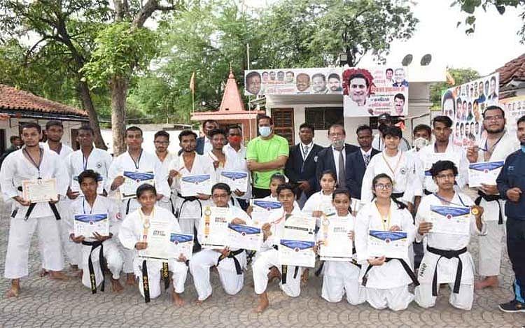 रायपुर : जिला कराटे डू के खिलाड़ियों का संसदीय सचिव ने किया सम्मानित