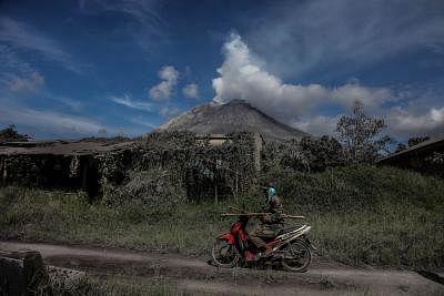 Indonesia - ज्वालामुखी फटने से माउंट मेरापी से निकला लावा