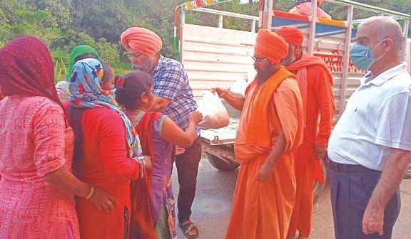 निर्मल अखाड़ा ने जरूरतमंदों को खाद्य सामग्री वितरित की