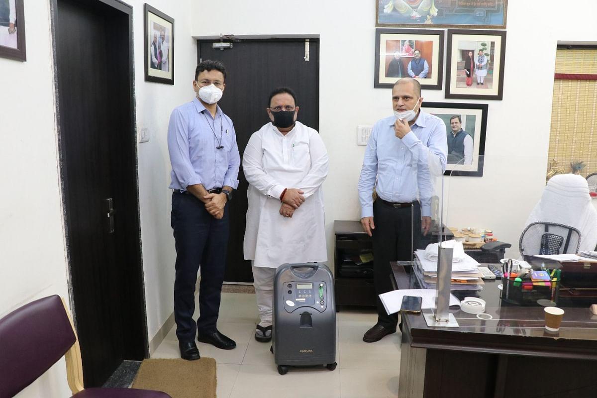 चिकित्सा मंत्री को किए 500 हॉस्पीटल बेड्स और 200 ऑक्सीजन कंसंट्रेटर्स भेंट