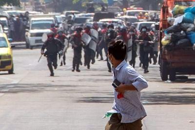 म्यांमार सुरक्षा बलों ने प्रदर्शनकारियों के परिवारों को हिरासत में लिया