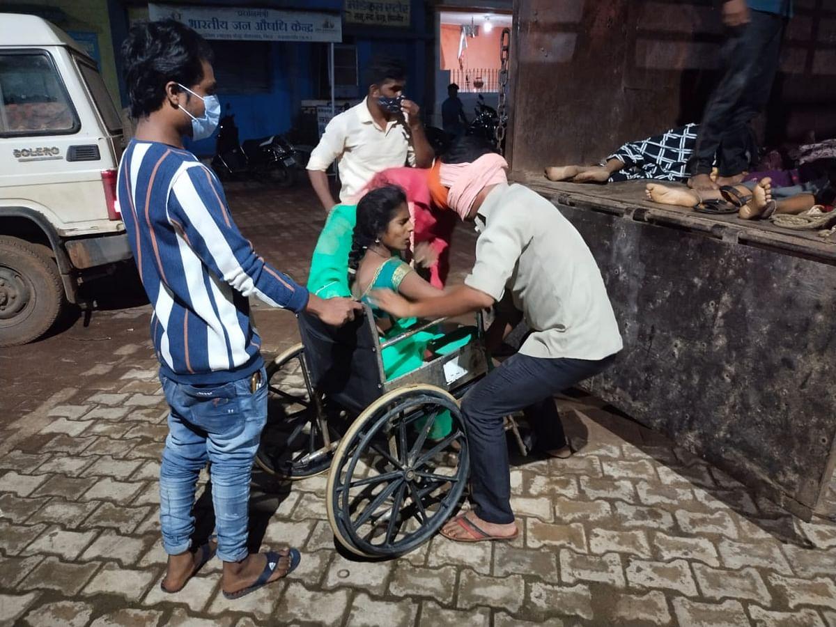 रायपुर : मजदूरों से भरी पिकअप वाहन पेड़ से टकराई, तीन महिलाओं की मौत, कई घायल