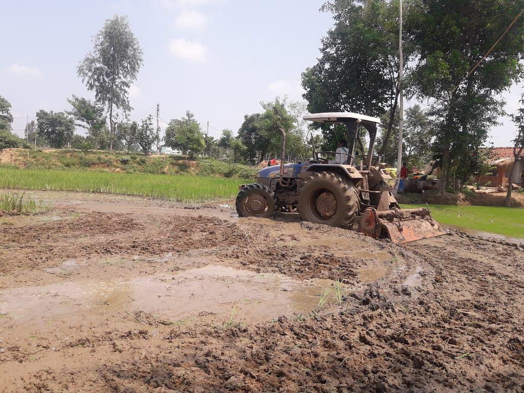 धमतरी : ट्रेक्टर से खेत की जोताई 500 रुपये महंगी, बढेगी लागत