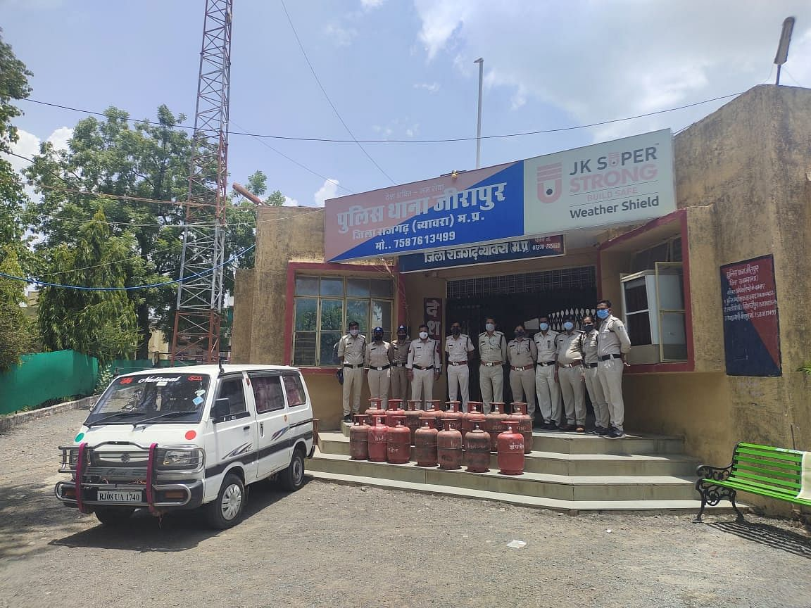 15-illegal-domestic-lpg-cylinders-seized-from-maruti-van-two-arrested
