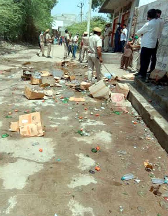 ग्रामीणों ने की शराब दुकान में तोडफ़ोड़, पुलिस पर भी पत्थरबाजी