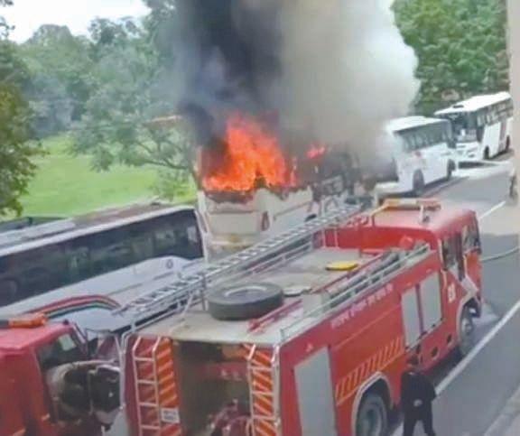क्रीड़ा स्थल पर खड़ी बसों में लगी आग