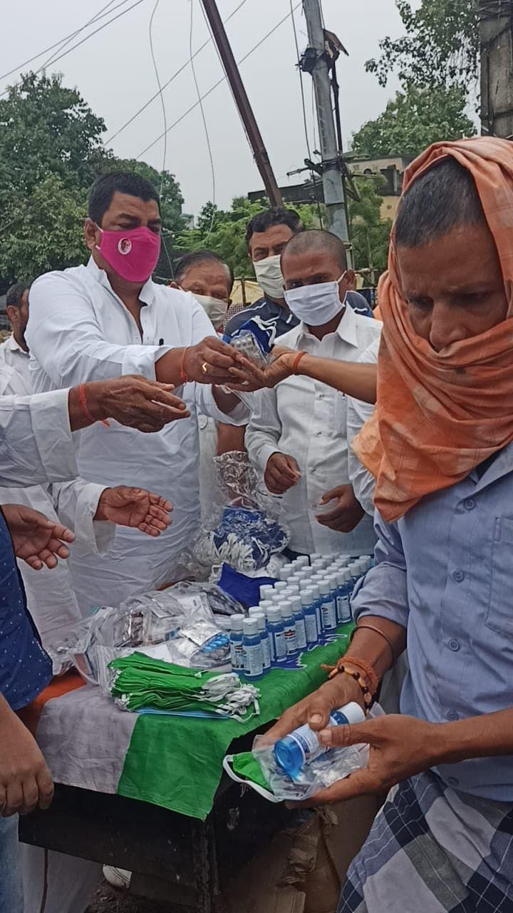 राहुल के जन्मदिन पर कोरोना से बचाव को ले बांटी गई मास्क व सेनेटाइजर