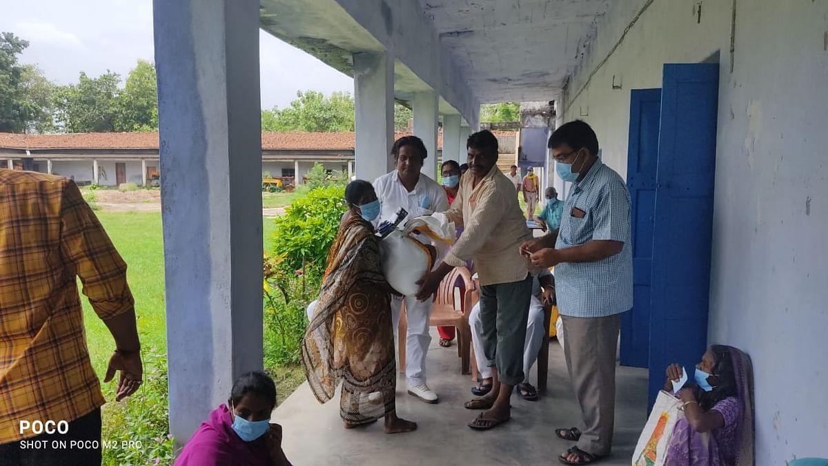 खादी ग्रामोद्योग ने बांटे 50 गरीबों के बीच सूखा राशन