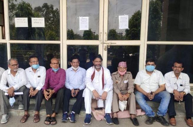 कर्मचारियों के अभाव में राजकीय संग्रहालय बंद,कांग्रेसी व साहित्यकार बैठे धरने पर
