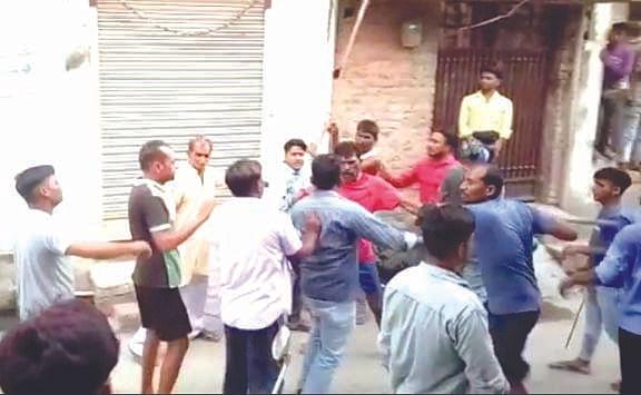 रोशनाबाद में दो पक्षों में जमकर चले लाठी-डंडे